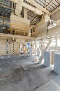 odsávání a filtrace prachu, dřevěných pilin a jiných pevných částic z pásových dopravníků a redlerů